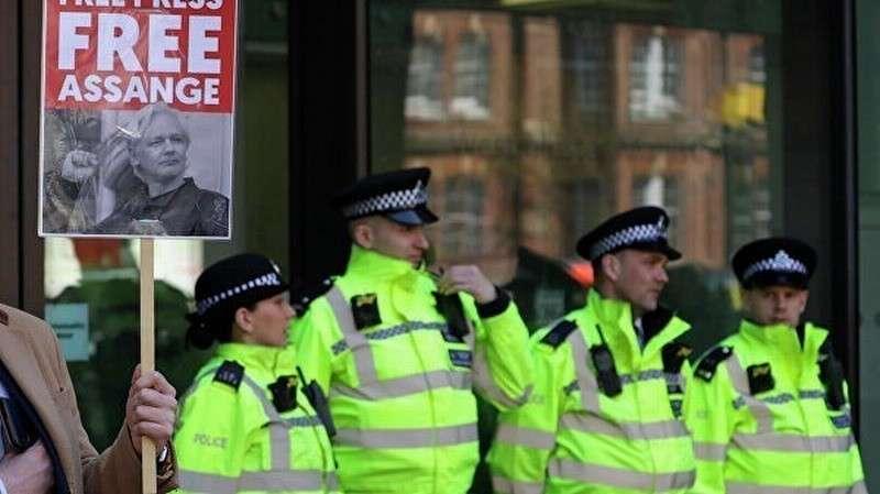 Хакеры Anonymous пригрозили британским властям отомстить за арест Джулиана Ассанжа