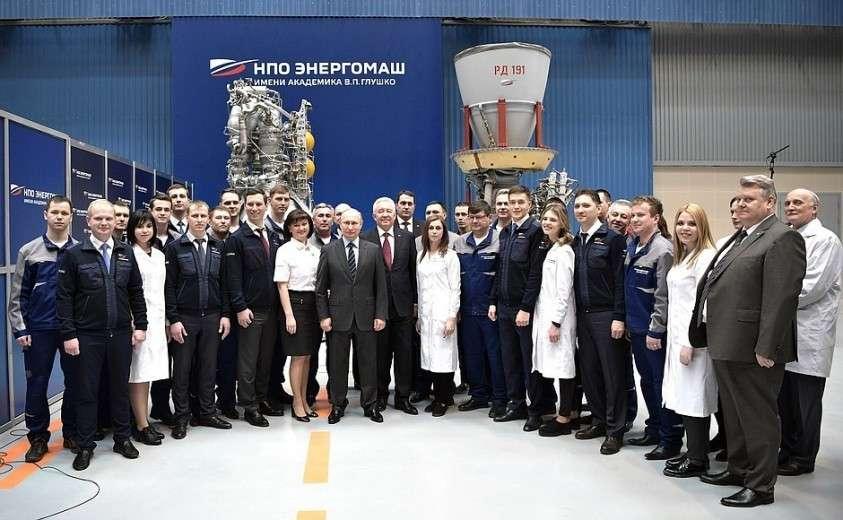 С работниками научно-производственного объединения «Энергомаш».