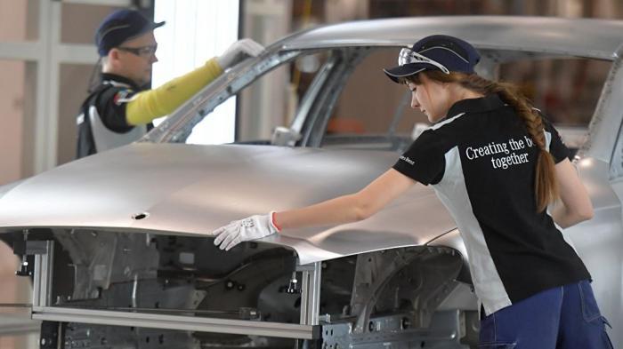 Почему автомобильные заводы повсюду закрываются