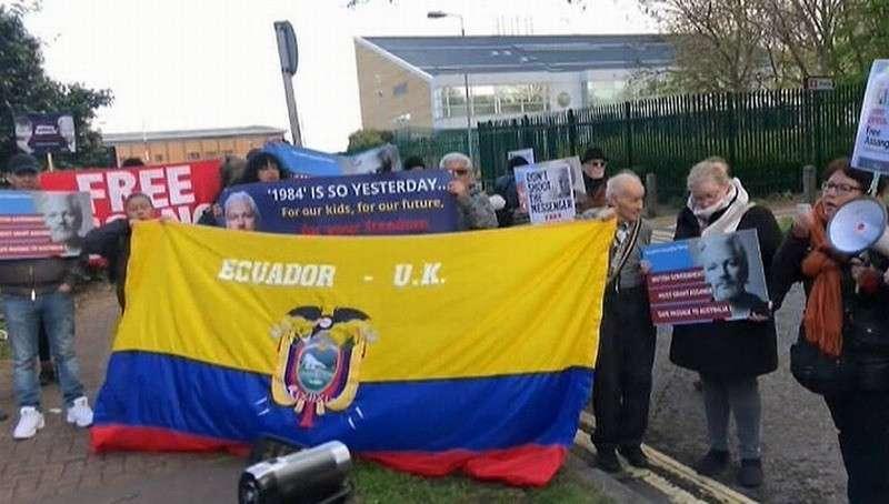 В Лондоне сторонники Джулиана Ассанжа устроили митинг под окнами тюрьмы, где его содержат