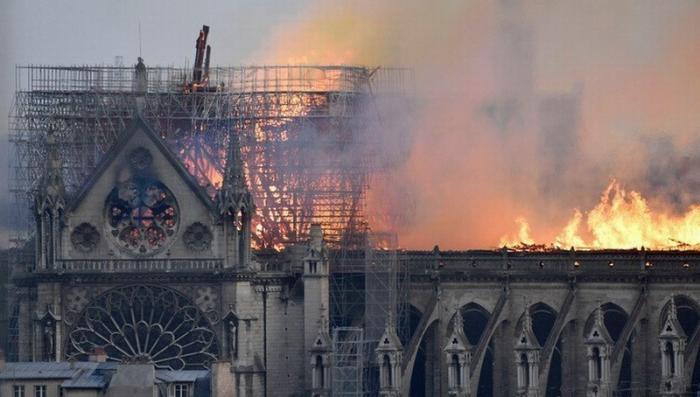 В Париже горит Собор Парижской Богоматери: вслед за шпилем обрушилась крыша
