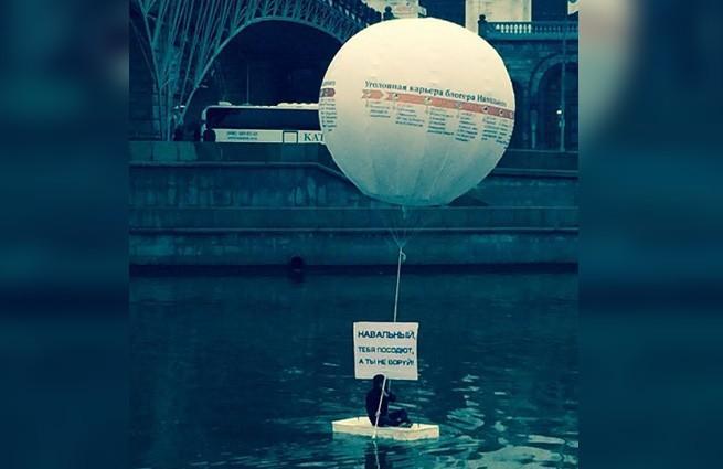 Плавучий пикет в Москве: «Навальный, тебя посодют, а ты не воруй!»