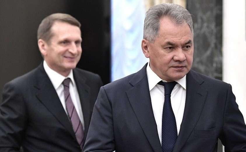 Министр обороны Сергей Шойгу (справа) и директор Службы внешней разведки Сергей Нарышкин перед началом расширенного заседания Совета Безопасности.