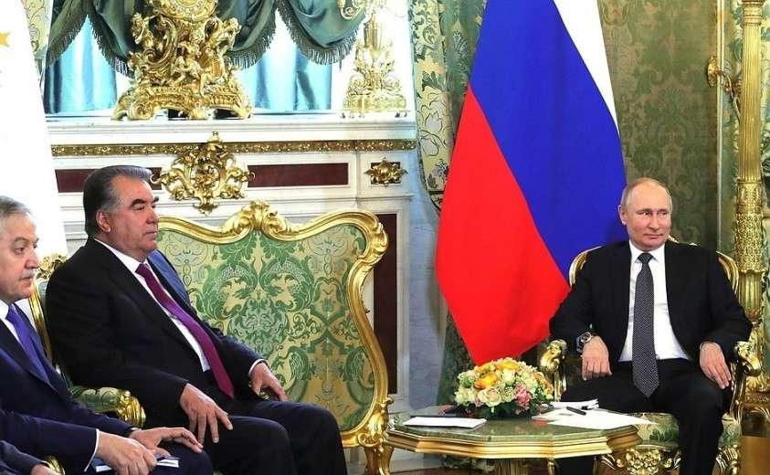 В ходе беседы с Президентом Таджикистана Эмомали Рахмоном.