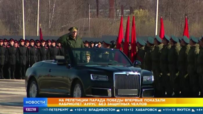 Кабриолет Aurus впервые показали без защитных чехлов на репетиции парада Победы
