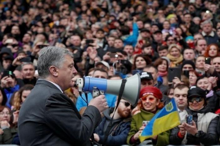 В сети опубликовали видео выдачи денег «активистам» Петра Порошенко после дебатов