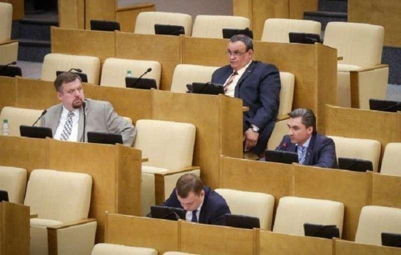 Юрия Чайку попросили проверить, как депутаты ухитряются принимать законы своими пустыми местами