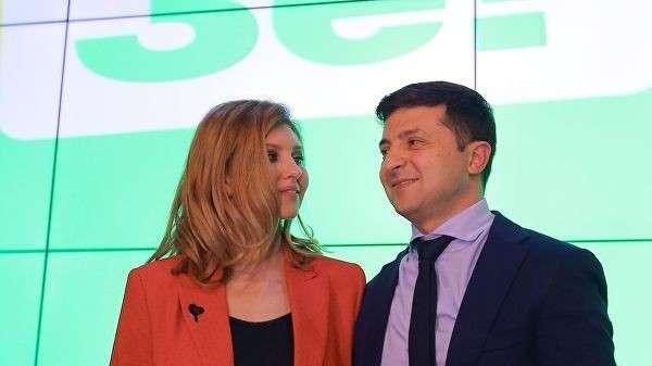 Кандидат в президенты Украины, актер Владимир Зеленский с супругой Еленой в своем избирательном штабе в Киеве