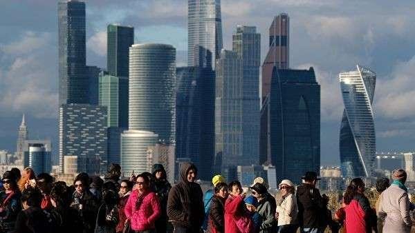 Вид со смотровой площадки МГУ им. М.В. Ломоносова на Международный деловой центр Москва-Сити в Москве.