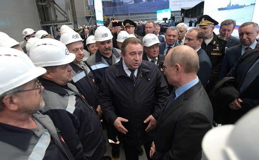 Во время посещения судостроительного завода «Северная верфь» Владимир Путин пообщался с рабочими предприятия.