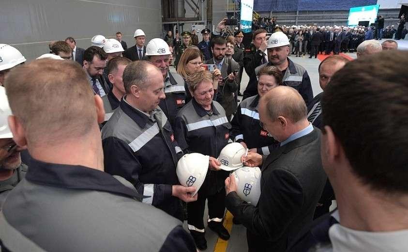 Во время посещения судостроительного завода «Северная верфь» Владимир Путин пообщался с рабочими предприятия и подписал каски по их просьбе.