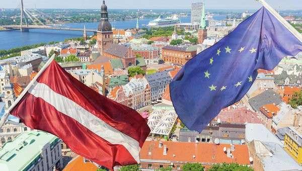 Флаги Латвии и ЕС на фоне Риги. Архивное фото