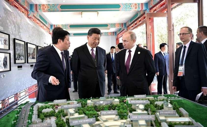 Перед началом рабочего завтрака Владимир Путин и Председатель Китайской Народной Республики Си Цзиньпин осмотрели выставку об истории гостиничного комплекса «Дружба».