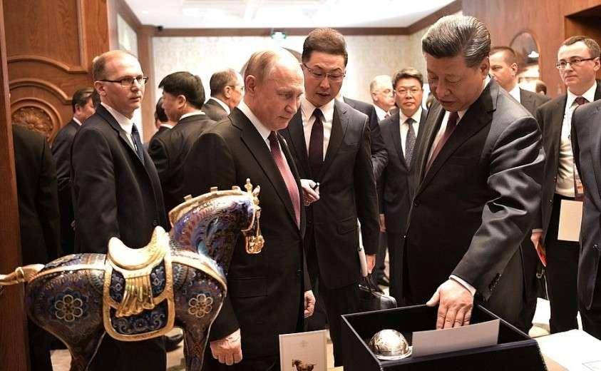 Во время переговоров Председатель Китайской Народной Республики Си Цзиньпин подарил Владимиру Путину набор столового серебра пекинской гостиницы «Дружба» и керамическую копию статуэтки «Легендарный скакун на Великом шёлковом пути», оригинал которой хранится в Национальном музее Китая в Пекине.