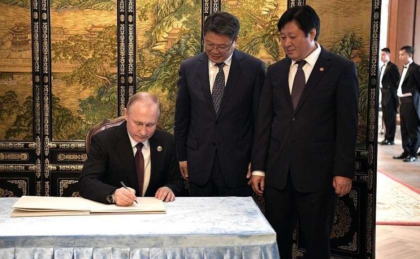 Владимир Путин сделал запись в книге почётных гостей гостиничного комплекса «Дружба», где состоялись российско-китайские переговоры.