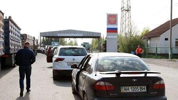 Колонна автомобилей на Международном пункте пропуска Успенка со стороны Донецкой области Украины по направлению в Россию