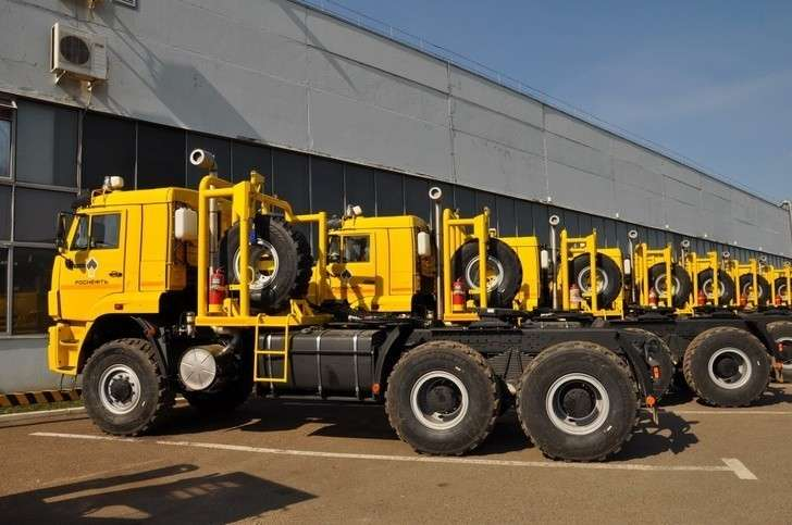 Российские компании поставили «Роснефти» тягачи и самосвалы на базе шасси КАМАЗ