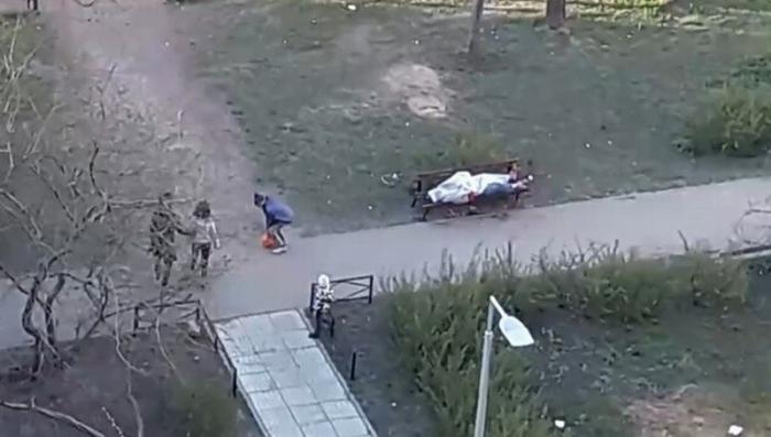 В Петербурге дети три часа играли рядом с трупом, оставленным медиками