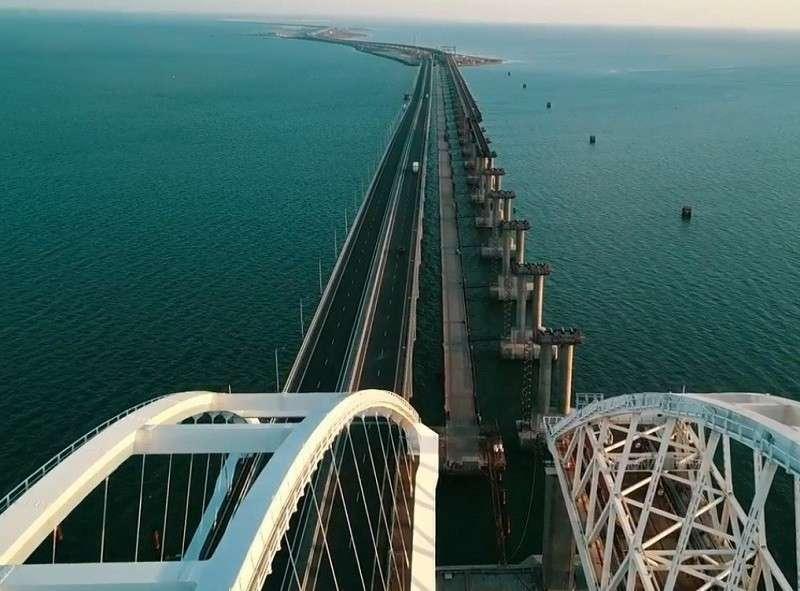 На железнодорожной части Крымского моста уложили более половины рельсов