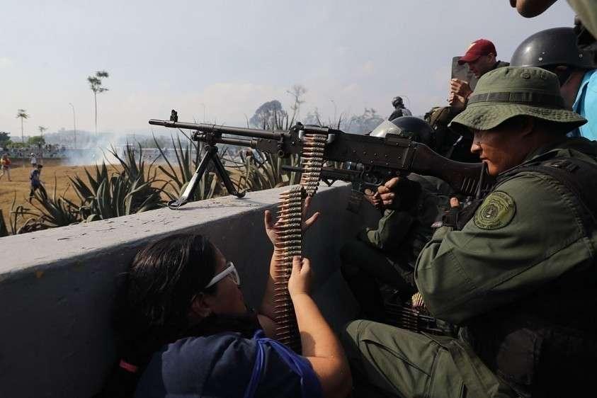 Хуан Гуайдо пошёл в атаку: на улицах Каракаса слышна стрельба, есть пострадавшие