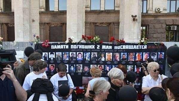 Траурные мероприятия у Дома профсоюзов на площади Куликово поле в Одессе в память о погибших при пожаре 2 мая 2014