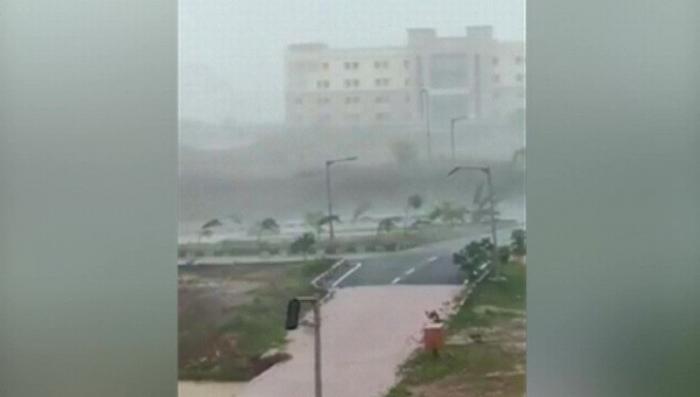 В Индии циклон «Фани» ломает деревья и срывает крыши с домов, есть первые жертвы