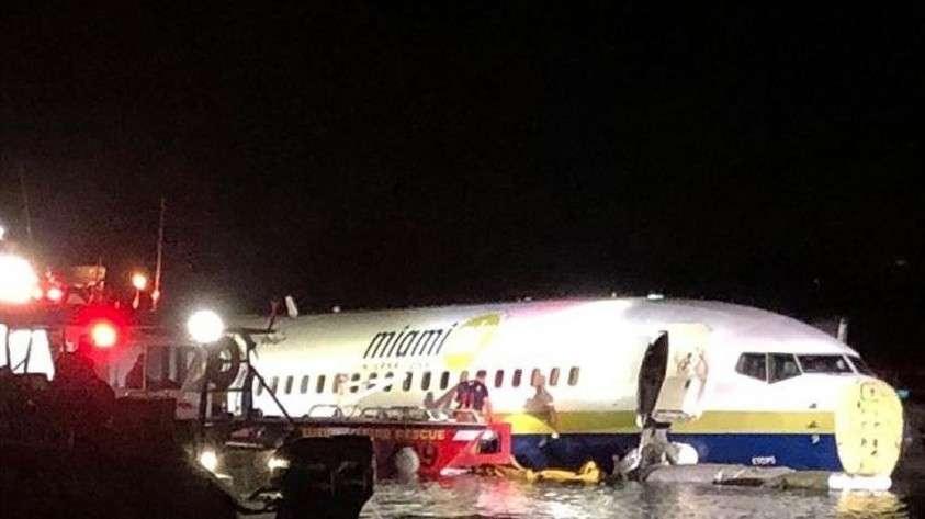 США: Боинг 737 с пассажирами упал в реку