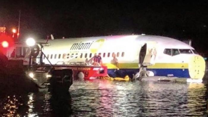 США: Боинг 737 упал в реку, жертв удалось избежать. Подробности