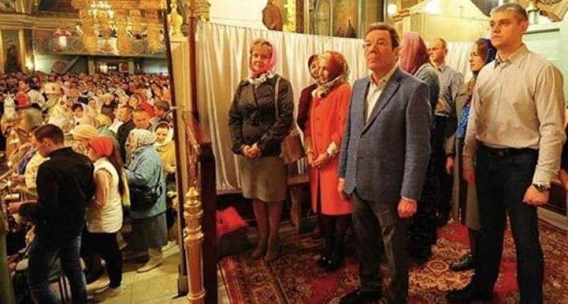 В Сызрани избранные чиновники на службе в Пасху отгородились от «простой паствы» шторкой
