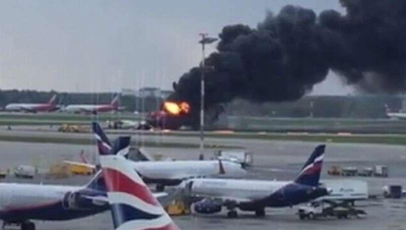 Пожар самолёта в Шереметьево: спасатели пытаются найти выживших в хвостовой части