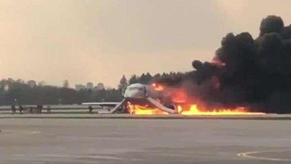Самолет авиакомпании Аэрофлот Sukhoi Superjet 100, вернувшийся во время рейса Москва – Мурманск в аэропорт Шереметьево из-за возгорания на борту