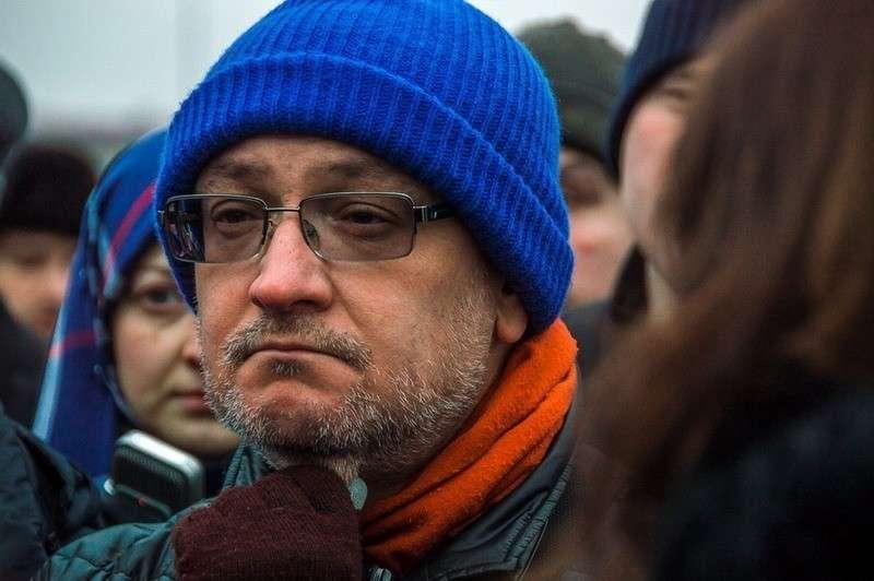 Питерский депутат Максим Резник сбежал в Чехию после публикации видео, где он курит гашиш
