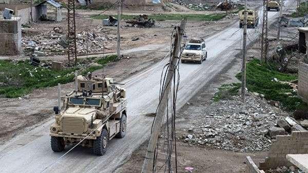 Автомобили международной коалиции во главе с США в деревне Багуз, Сирия