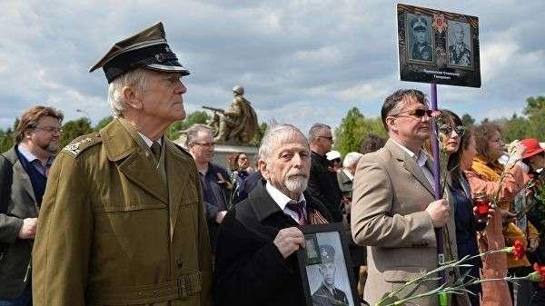 Участники акции Бессмертный полк на военно-мемориальном кладбище в Варшаве. 7 мая 2019