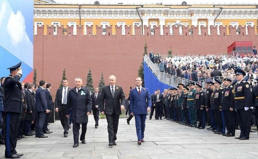 Перед началом Парада Победы. С Дмитрием Медведевым и Нурсултаном Назарбаевым.