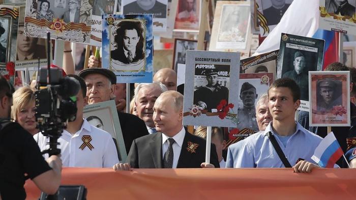 Владимир Путин принял участие в шествии «Бессмертного полка» в Москве