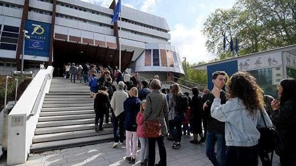 Люди готовятся к празднованию 70-летия Совета Европы в Страсбурге