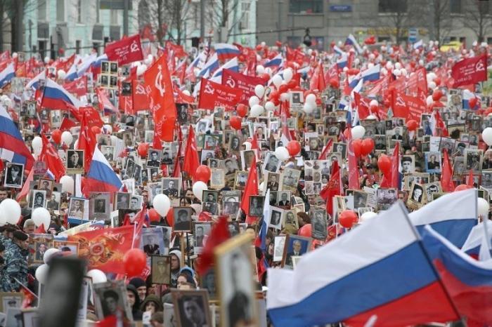 В «Бессмертном полку» по Красной площади прошли полмиллиона человек