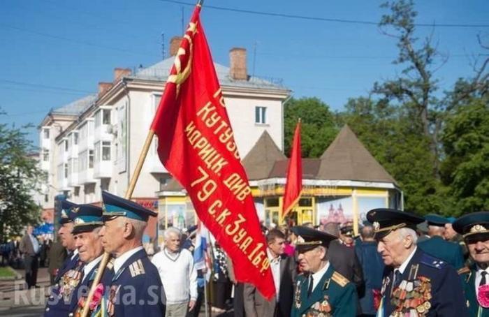 Житомир вышел наДень Победы скрасными флагами, наплевав на запреты еврейской хунты Украины