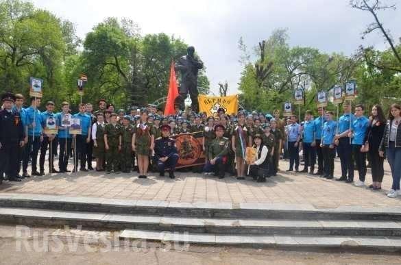 День Победы в Луганске. Ополченцы и молодёжь в одном строю