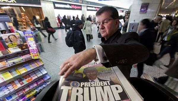 Мужчина у киоска печатных изданий в Нью-Йорке, США. Архивное фото