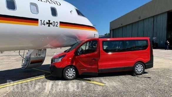 Самолёт Меркель протаранил микроавтобус в аэропорте Дортмунда1 Германии: в самолёт Меркель врезался автобус (+ФОТО)   Русская весна