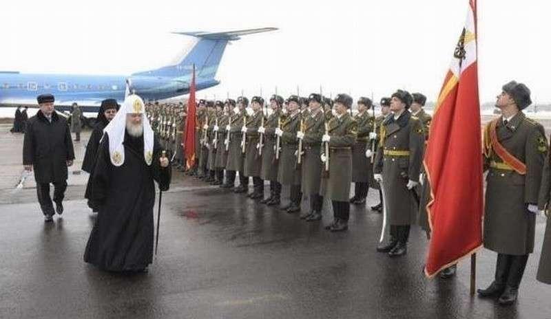 Внеуставные отношения патриарха Кирилла: зачем ему почётный воинский караул?