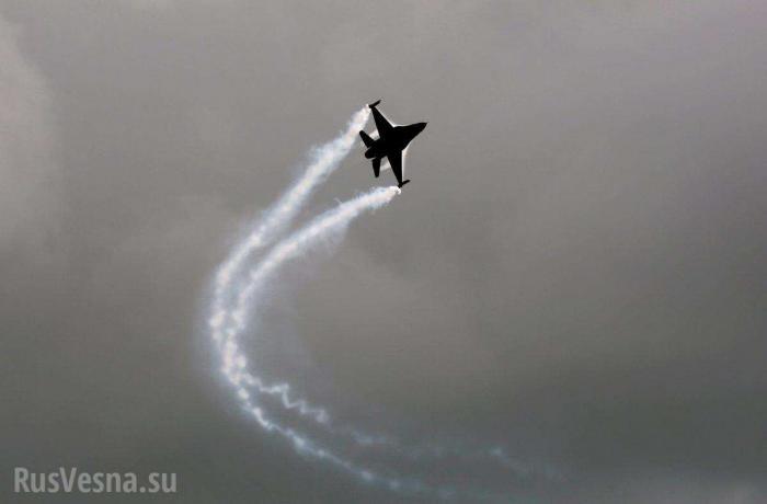 Истребитель F-16врезался в склад и не взорвался