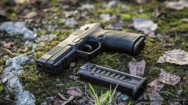 Армейский пистолет Удав и снаряженный запасной магазин