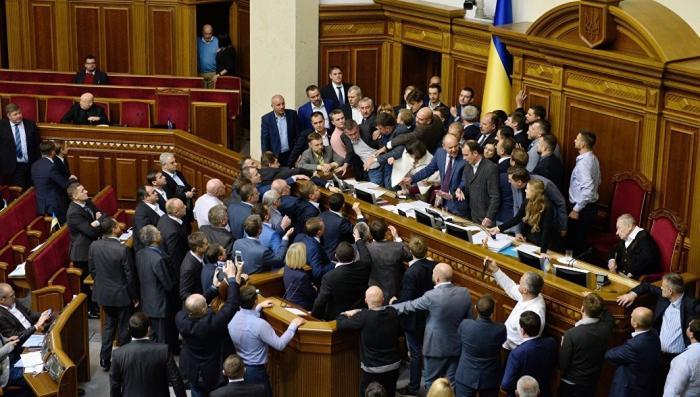 Владимира Зеленского лишили возможности распустить Верховную раду Украины