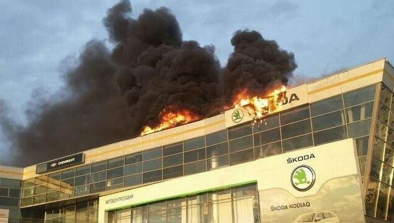 В Кемерове пожар охватил крупнейший автосалон города, внутри начались взрывы