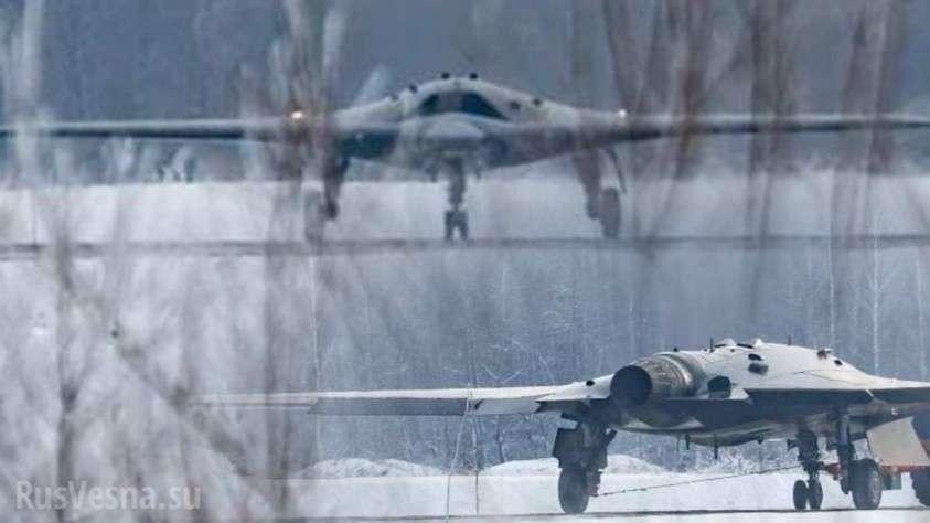 Устрашающий «Охотник» на фоне Су-57: появился снимок нового российского ударного беспилотника (ФОТО)