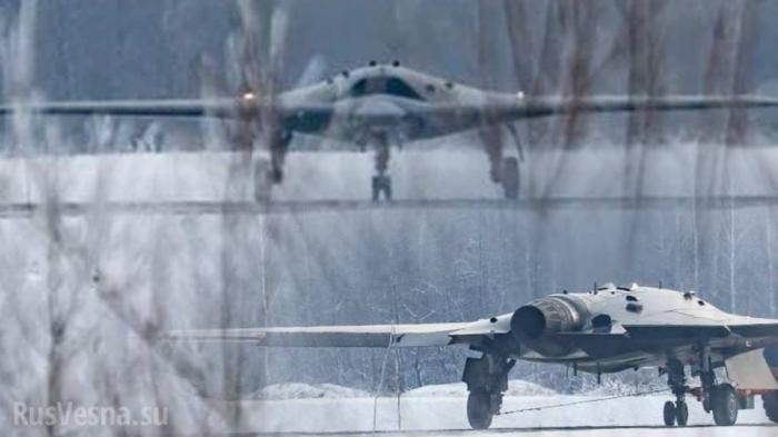 БПЛА «Охотник» нафоне Су-57: появился снимок нового ударного беспилотника России