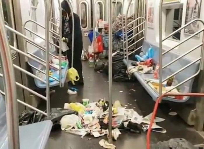 Кучи мусора в вагонах Нью-Йоркского метро – это обычное явление для «развитой» демократии